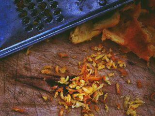 春日小清新之 香橙煎鸡肉,橙皮擦丝备用
