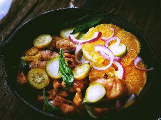 春日小清新之 香橙煎鸡肉,撒一些洋葱丝