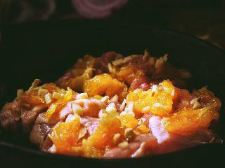 春日小清新之 香橙煎鸡肉,将两片橙肉、蒜、姜一起放在肉上 捣烂 (为了腌制入味)