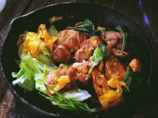 春日小清新之 香橙煎鸡肉,锅内铺上蔬菜
