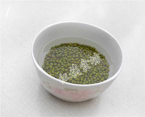 南瓜绿豆汤,绿豆洗净,用水泡半个小时;