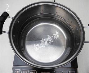 南瓜绿豆汤,锅中加入适量水,接通电源;
