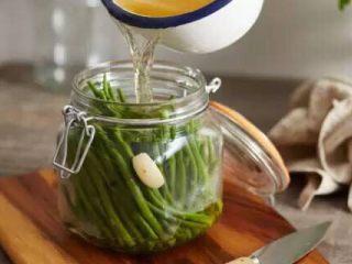 【下饭菜】腌菜集锦,在玻璃瓶内,先倒入少量料酒,放入豆角,再加入花椒盐水,密封腌制5-7天,就可以吃到酸豆角啦