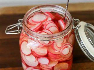 【下饭菜】腌菜集锦,将萝卜片放入容器罐,倒入刚刚制作冷却的醋液,盖盖子密封三天,即可食用