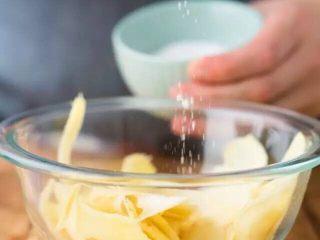【下饭菜】腌菜集锦,在锅中加入白砂糖和白醋,中火煮至糖融化即熄火放凉