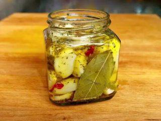 【下饭菜】腌菜集锦,蒜头沥干水分,放入玻璃瓶内,再加入调料摇匀。腌制3天就可以吃啦