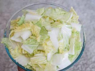 【下饭菜】腌菜集锦,加盐拌匀,腌制1小时,再倒出盐水,用清水冲洗,沥干水分