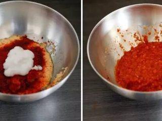 【下饭菜】腌菜集锦,制作酱料:加入糖、蒜末、辣椒粉、虾酱、葱拌匀