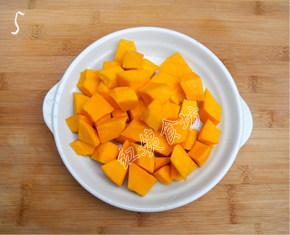 南瓜绿豆汤,切成2cm左右的南瓜块;
