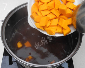 南瓜绿豆汤,倒入切好的南瓜块;