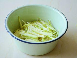 【金针菇拌葫芦丝】嫩滑清脆,爽口回甘~,把过凉的金针菇攥净多余的水分与西葫芦丝放容器中。