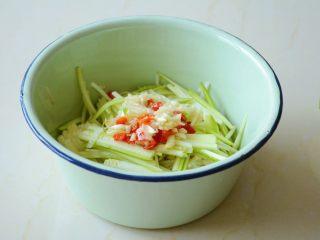 【金针菇拌葫芦丝】嫩滑清脆,爽口回甘~,放入调味好的酱料搅拌均匀。