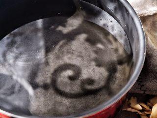 滋阴抗老 紫薯银耳粥,锅内倒入半锅水
