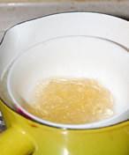 薄荷奶冻,鱼胶片用凉水泡软后,挤干水份隔水融化,融化后稍放凉;