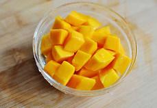 多芒捞丸子,芒果去皮切成丁, 留一部分形状完整的芒果丁备用;