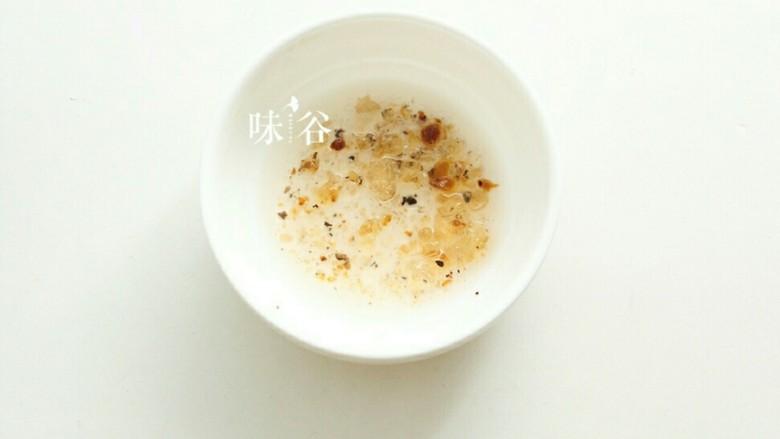 养颜美容桃胶银耳羹,仔细清洗并挑去杂质 。