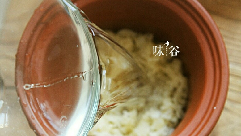养颜美容桃胶银耳羹,加入2倍的水。炖煮1个半小时。