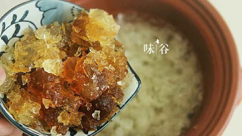 养颜美容桃胶银耳羹,到银耳粘稠时放入桃胶,继续炖煮1个半小时。