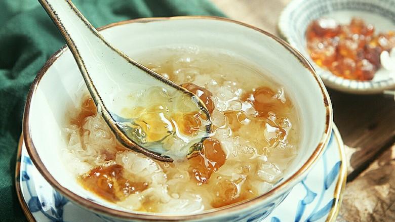 养颜美容桃胶银耳羹,汤汁粘稠,银耳软糯,冷藏后食用口感更佳。