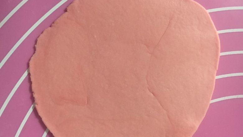 蜂蜜奶香花卷,取1个小团擀开成圆形