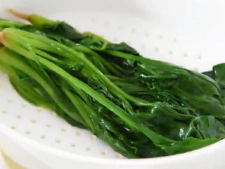 菠菜这样做开胃下酒,又不失营养,沥干备用