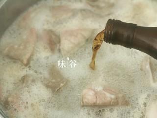 清甜润肺的雪梨无花果猪肺汤,锅内烧开水放入猪肺,沸腾后再煮2,3分钟,加点料酒去腥,煮出血沫后捞起冲洗干净