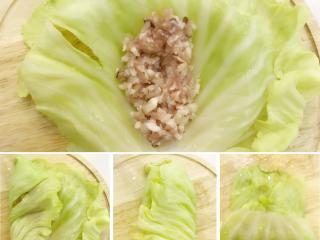 宝宝辅食:包菜马蹄瘦肉卷-24M+ ,菜叶中放入肉馅,两边向中间折叠,然后往上卷起。 肉馅不要放入太多,太多的话卷的时候容易挤出来,小芽的肉馅大概做了5个卷,大家根据实际情况调整