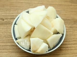清甜润肺的雪梨无花果猪肺汤,梨子去皮切块。