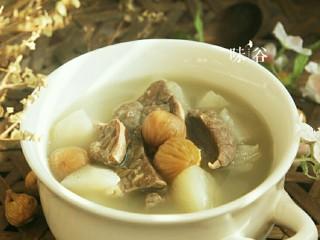 清甜润肺的雪梨无花果猪肺汤,汤汁奶白,口感清甜,习惯性的来个特写,色诱一下亲们的味觉。