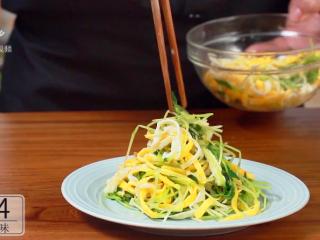 开春季:春天一定要吃的美容减肥菜,将碗豆苗和鸡蛋丝混合拌匀
