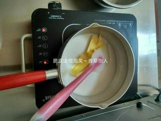 脆皮法棍泡芙,将锅内溶液煮沸加入面粉继续煮三四分钟无干粉状拿出晾凉,再分次加入蛋液