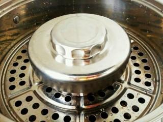 薄荷团子,更换成不锈钢碗上锅蒸一下,开锅后大约两三分钟就可以了,防止水滴入碗中,可以给碗盖上一个小盖,或者封上保鲜膜。