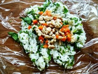 薄荷团子,在米饭的中间位置放上炒好的馅料。