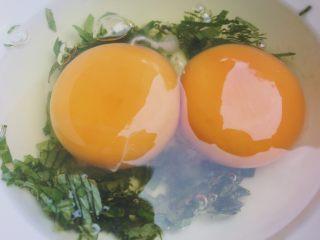 奶香薄荷馒头片,打入两个鸡蛋