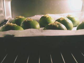 【网上厨房独家】抹茶肉松(蜜豆)小餐包,蜜豆的,餐包可以这样有一定距离单个摆放,也可以一个挨着一个的摆放,看个人喜好。