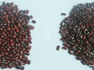 赤小豆玉米青豆饭,赤小豆不是平常见到的红豆,左边为红豆,右边为赤小豆。它们两者颜色相同,但是形状不同。红豆比较圆,赤小豆是细长的,稍扁。用赤小豆煮的饭粥,不但利水消肿,而且可以健脾胃。
