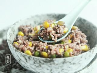 赤小豆玉米青豆饭,习惯性的来个特写,色诱一下亲们的味觉。
