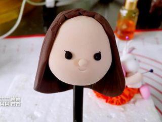 翻糖蛋糕--树桩上的小女孩儿,先包好后半部分再粘刘海儿,然后粘发带和蝴蝶结。用粉刷给小孩和小兔刷上腮红