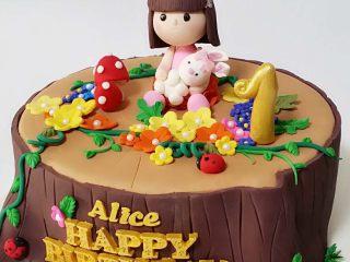 翻糖蛋糕--树桩上的小女孩儿,用模具压出字幕和花朵,尽可能的丰满些