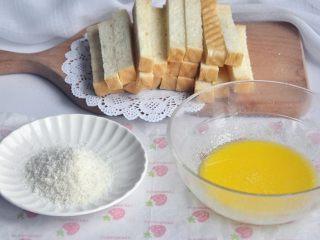 黄油椰蓉吐司条,准备适量的椰蓉,如果不喜欢椰蓉也可以不加。