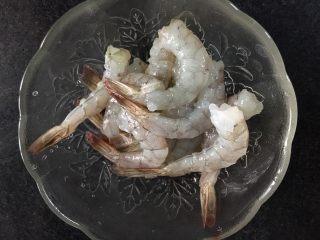 虾扯蛋,把鲜虾扒皮,留着尾巴