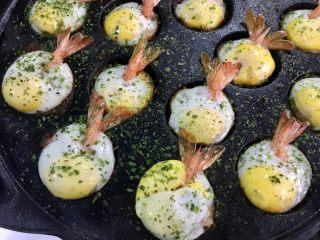 虾扯蛋,表面熟透关火,撒上海苔粉