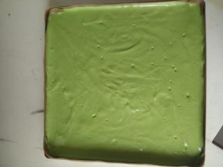 日式抹茶红豆草莓瑞士蛋糕卷(超详细),整个蛋糕糊很细腻有光泽,感到空气的轻盈,从8到10厘米的高度倒入烤盘,这样可以防止大的气泡。 因为蛋糕糊比较湿润,所以不用刮刀,直接来回转动烤盘就可以把蛋糕糊铺平。 放入烤箱的最后一个动作就是用手轻震烤盘底部,把小气泡振出来
