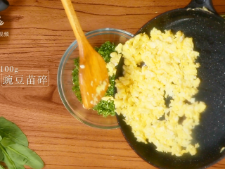 豌豆苗树叶饺子,把美食吃出艺术感,将蛋花倒进豌豆苗碎