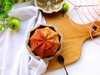 蔓越莓磅蛋糕,稍凉些就可以倒扣脱模。