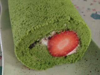 日式抹茶红豆草莓瑞士蛋糕卷(超详细),这样一个蛋糕卷初步完成了,外貌协会的呢就再加点装饰