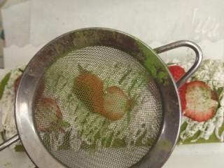 日式抹茶红豆草莓瑞士蛋糕卷(超详细),结束了吗?No,no,no 离完美的最后一小步,撒上一些绿茶粉,这样的点缀才更加春色满园,胃口大开