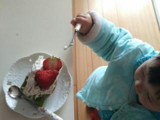 日式抹茶红豆草莓瑞士蛋糕卷(超详细),真好吃,妈妈再给我多吃一口吧,嘿嘿!