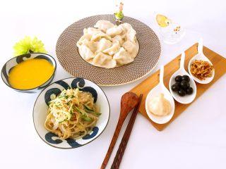 白萝卜猪肉馅饺子,配上南瓜小米粥、凉拌菜、自制小菜(糖蒜、腌萝卜丝及水果