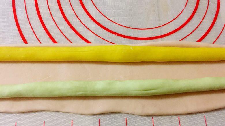 茴香馅猪肉饺子,按扁或擀扁放入其他两种颜色的面